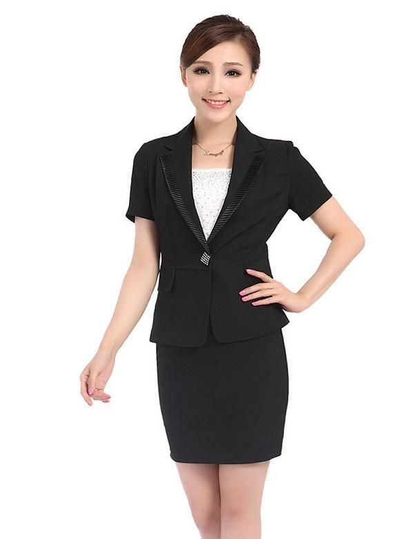 女性穿着西装与职业装